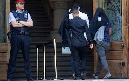 """Spagna, pena ridotta per i 5 che abusarono della 14enne """"incosciente"""""""