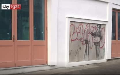 Londra, torna visibile murale di Banksy a Notting Hill. VIDEO