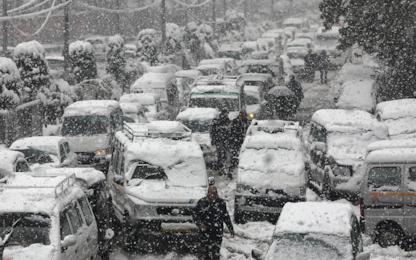 India, la neve blocca il Kashmir. FOTO
