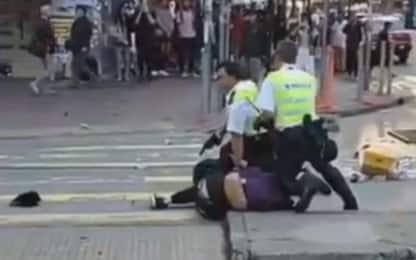 Hong Kong, agente spara e ferisce due manifestanti. IL VIDEO