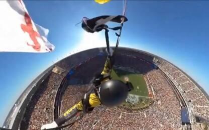 Usa, il paracadutista plana sul campo da football. VIDEO