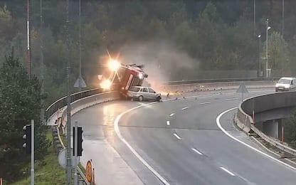 Auto contro tir: il mezzo pesante precipita dal viadotto. VIDEO