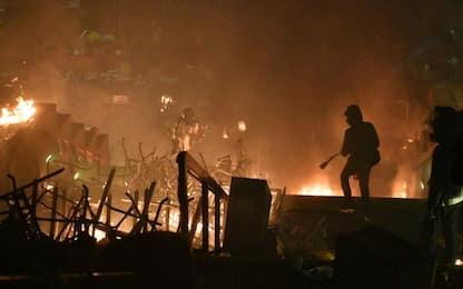 Hong Kong,  la polizia irrompe nel Politecnico occupato dagli studenti