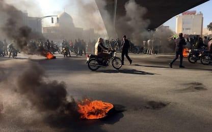 """Iran, proteste contro il caro benzina. """"Almeno 12 vittime da venerdì"""""""