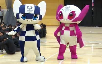 Tokyo 2020, i Robot mascotte fanno visita agli studenti. VIDEO