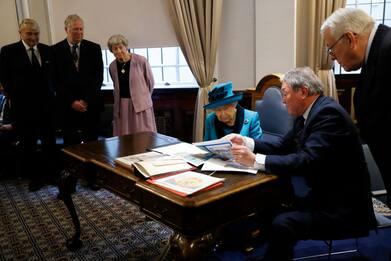 La Regina Elisabetta in visita alla Royal Philatelic society