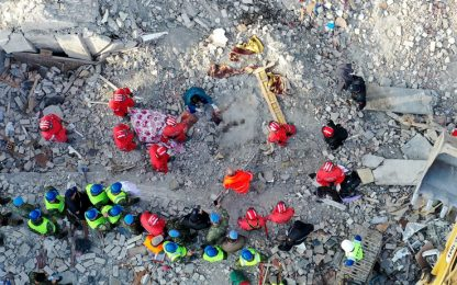Terremoto Albania, oggi lutto nazionale. 31 morti, si scava ancora