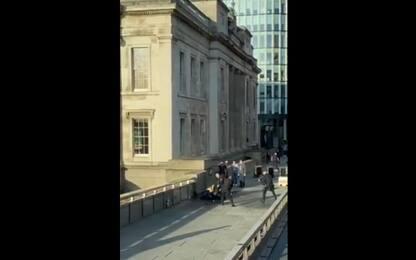Attacco Londra, la polizia spara al presunto attentatore. VIDEO