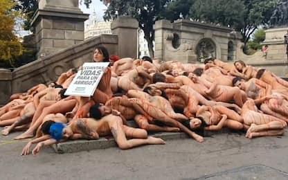 Barcellona, animalisti posano nudi in strada. VIDEO
