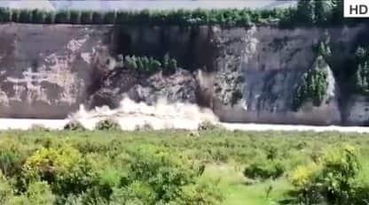 Spettacolare crollo di una scogliera in Nuova Zelanda. VIDEO