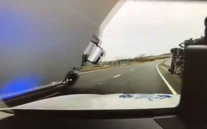 Scozia, tir si ribalta sulla volante: agente vivo per miracolo. VIDEO