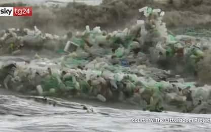 Sudafrica, l'ondata di bottiglie di plastica sulla costa. VIDEO
