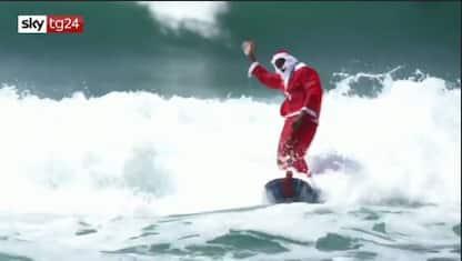 Brasile, Babbo Natale arriva con il surf. VIDEO