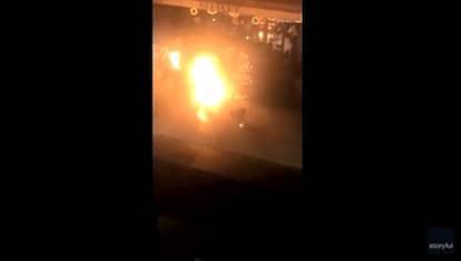 Incendia auto davanti a un ristorante e si ustiona: VIDEO