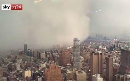 New York colpita da una burrasca di vento e neve. VIDEO