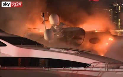 Miami, lo yacht di Marc Anthony va a fuoco e si ribalta. VIDEO