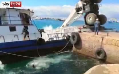 Ecuador, chiatta con 2mila litri di diesel si rovescia in mare. VIDEO