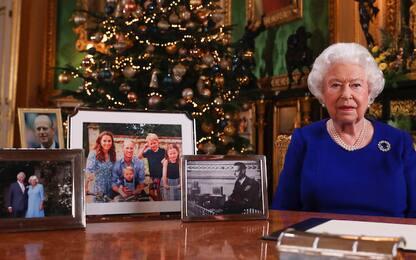 Gli auguri di Natale della Regina Elisabetta: mancano Harry e Meghan