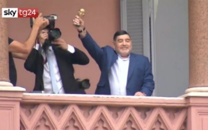 Maradona vede il presidente argentino ed esulta come 33 anni fa. VIDEO