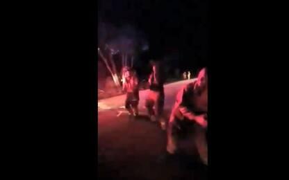 Australia, i pompieri ballano per stare svegli durante la notte. VIDEO
