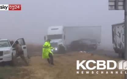 Texas, schianto nella nebbia tra un tir e un suv: due feriti. Il video