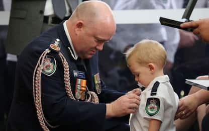 Incendi Australia, figlio di 19 mesi di pompiere morto riceve medaglia