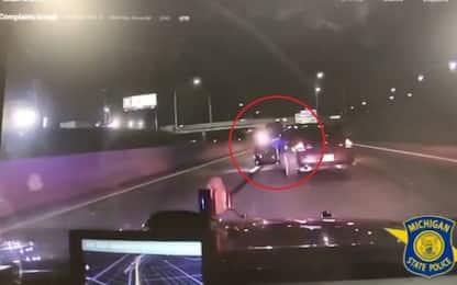 Inseguito dalla polizia, tenta di lanciarsi dall'auto in corsa. VIDEO