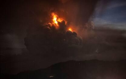 Filippine, colonna di cenere dal vulcano Taal. FOTO