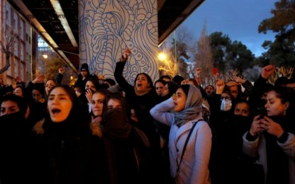 Iran, studenti contro il regime. Scontri a Teheran, la polizia spara