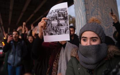 Aereo abbattuto in Iran, gente in piazza a Teheran contro il regime