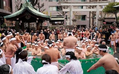 Tokyo, rito di purificazione in acqua gelata per il nuovo anno. VIDEO