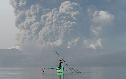 Filippine, cenere e lava dal vulcano Taal: allerta eruzione. VIDEO