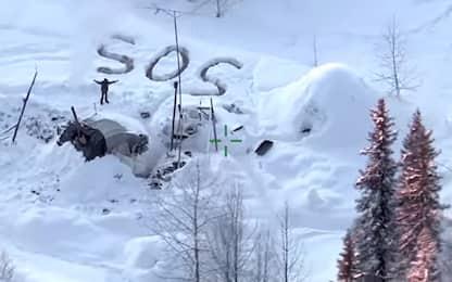 """Alaska, uomo trovato grazie alla scritta """"SOS"""" sulla neve. VIDEO"""