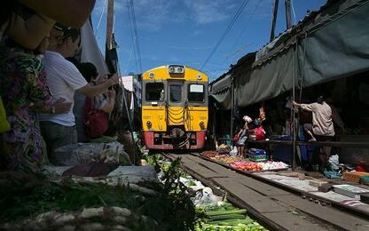 Arriva il treno e smontano tutto: lo strano mercato thailandese VIDEO