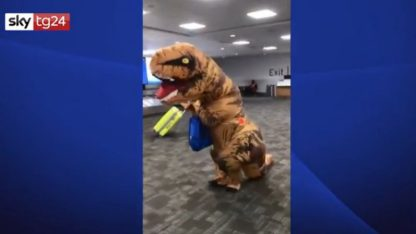 Canada, nonna travestita da T-Rex accoglie nipoti in aeroporto. VIDEO