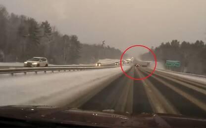 Usa, il testacoda del tir sull'autostrada innevata. VIDEO
