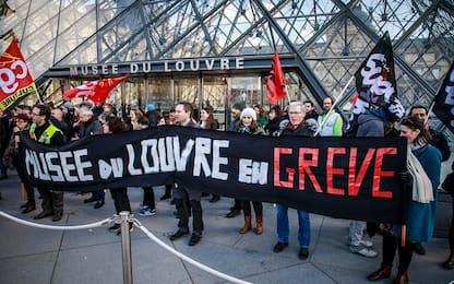 Parigi, scioperi contro riforma pensioni: Louvre deve chiudere. VIDEO