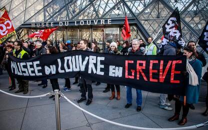 Parigi, scioperi contro riforma pensione: Louvre chiuso FOTO