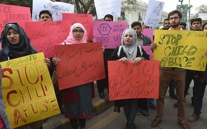 Pakistan, bimba di 7 anni violentata e poi uccisa: presi due assassini