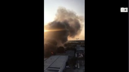 Incendi Australia, aereo atterra a Sydney tra le fiamme. VIDEO