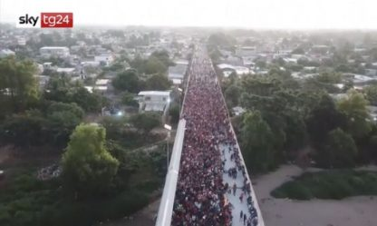 Centinaia di migranti attraversano fiume ed entrano in Messico. VIDEO