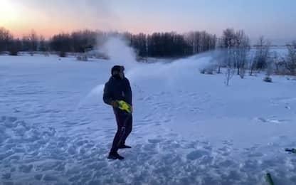 Canada: spara acqua bollente e diventa subito ghiaccio. VIDEO