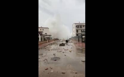 Tempesta a Maiorca, spruzzi delle onde superano i palazzi. VIDEO