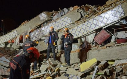 Terremoto in Turchia, scossa di magnitudo 6.8: almeno 20 morti
