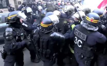 Parigi, pompieri contro riforma pensioni: scontri con polizia. VIDEO