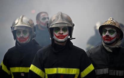 Parigi, la protesta dei pompieri Joker