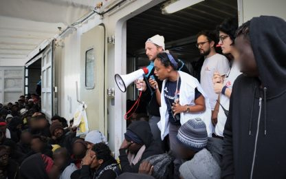 """Migranti, la Ocean Viking a Taranto: """"Viaggio da incubo"""""""