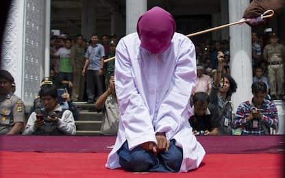 Indonesia, sesso fuori dal matrimonio: giovane frustata in pubblico