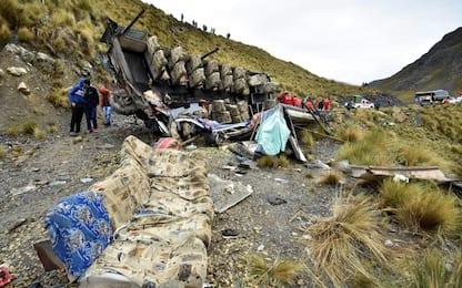 Bolivia, bus precipitato per 50 metri. FOTO