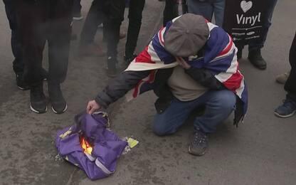 Londra, sostenitori Brexit bruciano bandiera dell'Ue. VIDEO